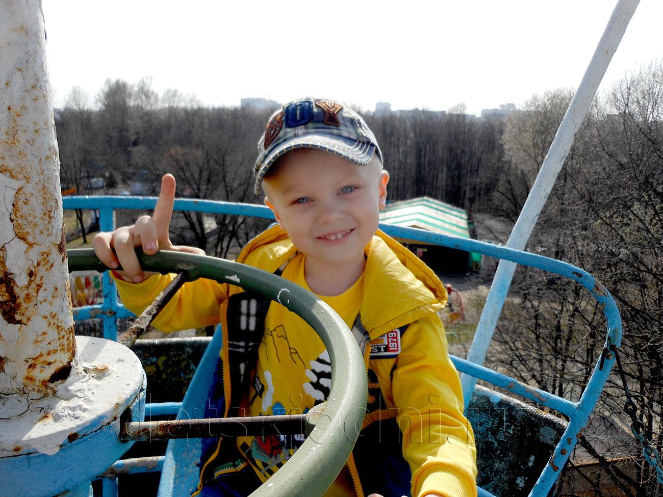 Насыщенный выходной для ребёнка - экономно и интересно. Мальчик на колесе обозрения.
