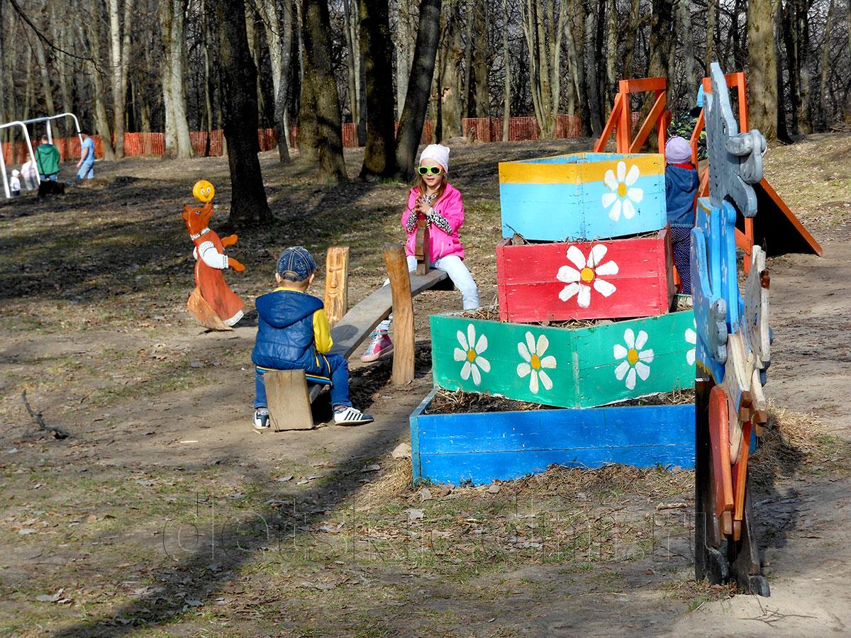 Насыщенный выходной для ребёнка - экономно и интересно. Качеля в парке.