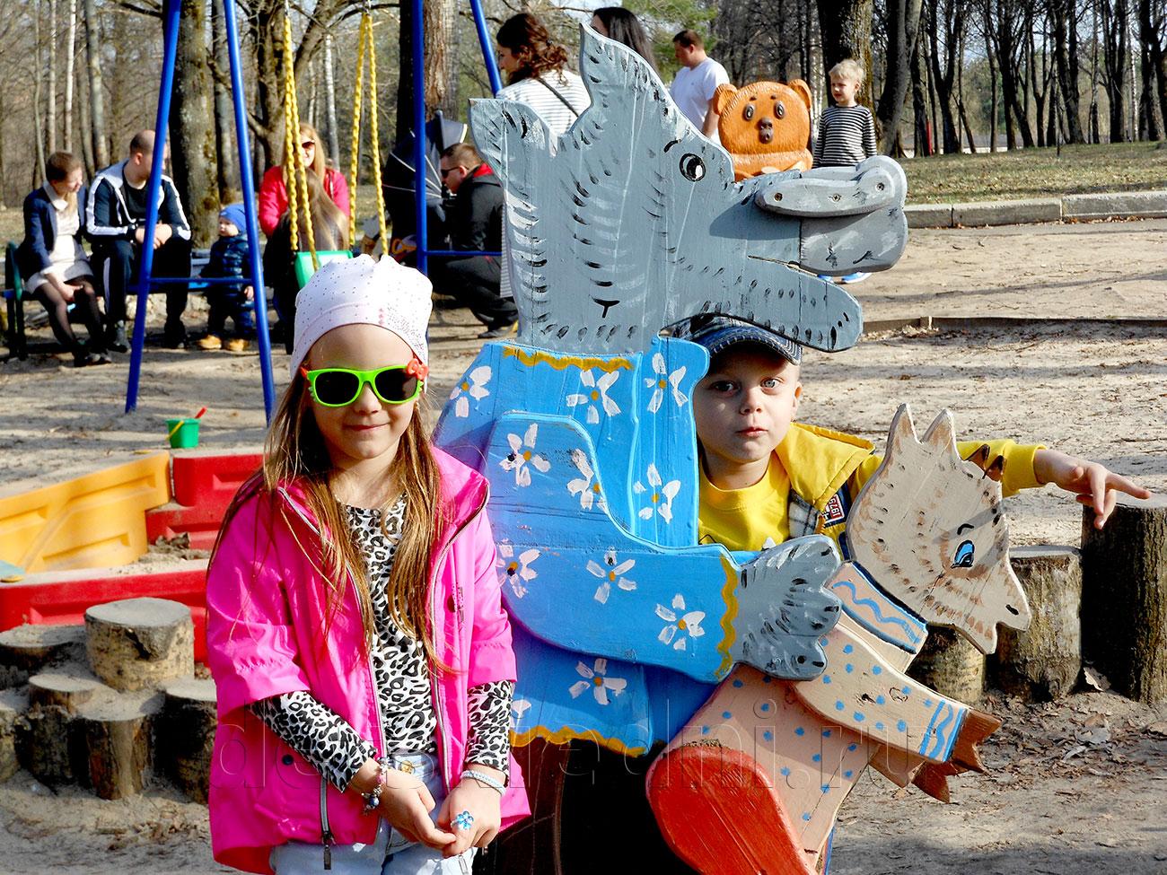 Насыщенный выходной для ребёнка - экономно и интересно. Мальчик и девочка в парке.
